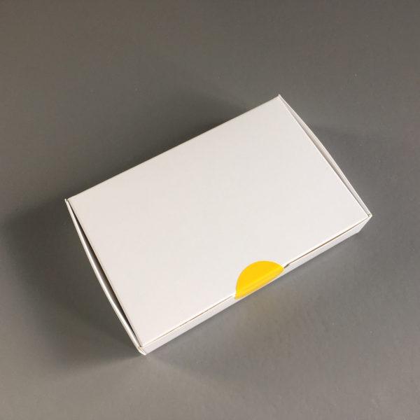 Fabriqué en carton souple compact (de 350g/m² ), ce modèle de boîte carton à plat a un couvercle attenant, ce qui signifie que le couvercle est solidaire du socle est articulé, cette boîte carton se met en forme par un enchaînement de pliages, suite à cela cette boîte carton acquière sa rigidité et est montée.